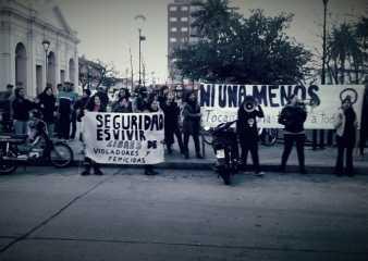 Decenas de mujeres se manifestaron este sábado en las puertas de la Jefatura de Policía