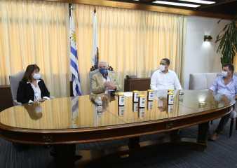 Apiarios municipales donaron 300 kilos de miel a 34 escuelas de Maldonado